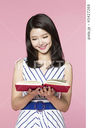 beautiful young woman announcing, shouting, speaking concept photo. attractive young woman isolated. 114 45427269