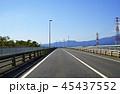 遠くに丹沢山地と富士山が見える直線道路 45437552