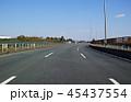 前を走る車がない空いた三車線国道の走行風景 45437554