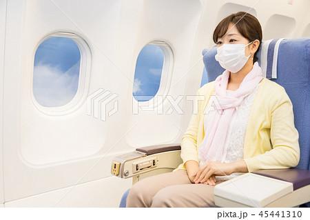 飛行機 機内 旅行 女性 乾燥防止 マスク コロナウイルス パンデミック コロナ 45441310