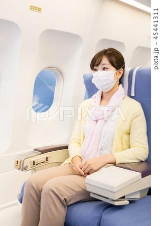 飛行機 機内 旅行 女性 乾燥防止 マスク コロナウイルス パンデミック コロナ 45441311