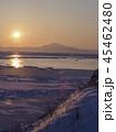 凍った湖の向こうに昇る太陽 45462480