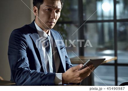 カフェでくつろぐビジネスマン 45490987