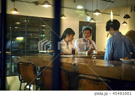カフェでくつろぐカップル 45491001