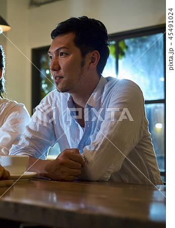 カフェでくつろぐカップル 45491024