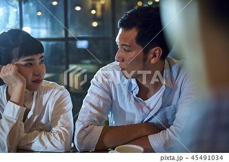 カフェでくつろぐカップル 45491034