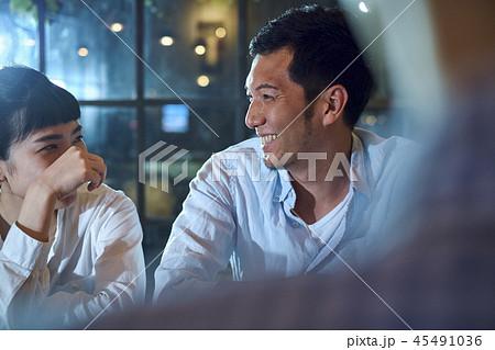 カフェでくつろぐカップル 45491036