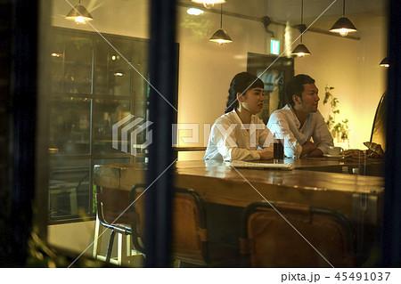 カフェでくつろぐカップル 45491037