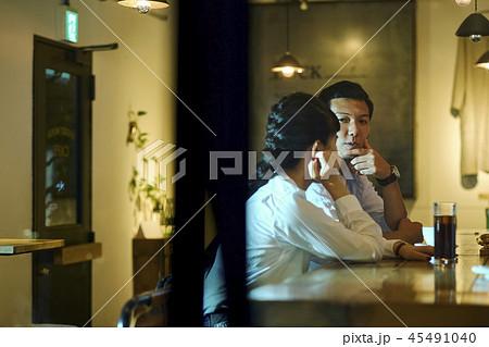 カフェでくつろぐカップル 45491040