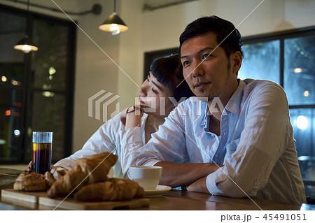 カフェでくつろぐカップル 45491051