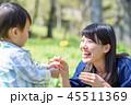 お花をプレゼントする子ども 母親と子ども 45511369