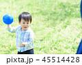 母親とボールで遊ぶ男の子 45514428