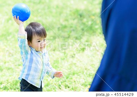 母親とボールで遊ぶ男の子 45514429