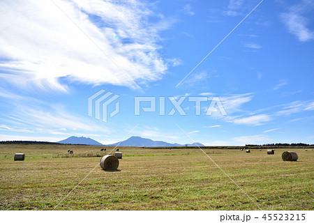 牧草ロールと阿蘇の広い空 広大な阿蘇の秋風景 阿蘇の広い風景 45523215