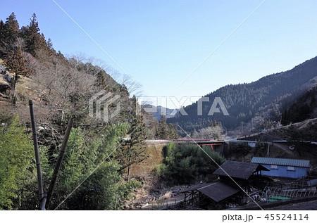 田舎の風景、山の集落と青空、橋、群馬県南牧村 45524114
