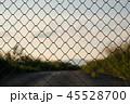 フェンス越しの夕空 45528700