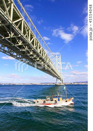 明石海峡大橋と漁船 45554048
