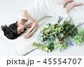 女性 花 花束 ボタニカル 寝る 若い女性 かわいい ライフスタイル 45554707