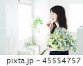女性 花 花束 ボタニカル 若い女性 かわいい ライフスタイル 45554757