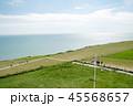 海沿いの丘のフィールドと散歩する人々と遠くに見える水平線 45568657