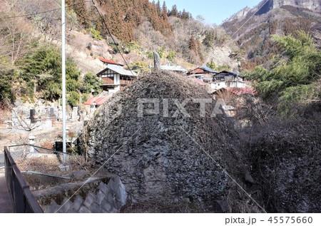 田舎の風景、山の集落と青空、大岩、群馬県南牧村 45575660
