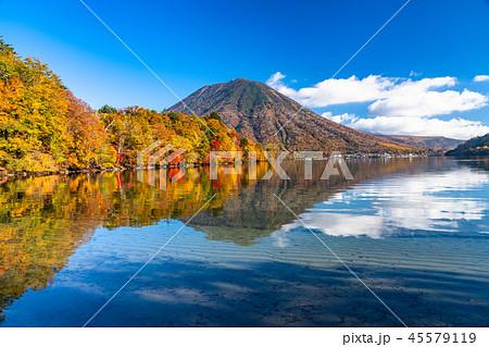《栃木県》秋の日光・男体山と八丁出島の紅葉《中禅寺湖より》 45579119
