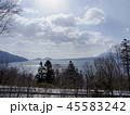 雪晴れの支笏湖とその向こうの双子の山 横構図 45583242