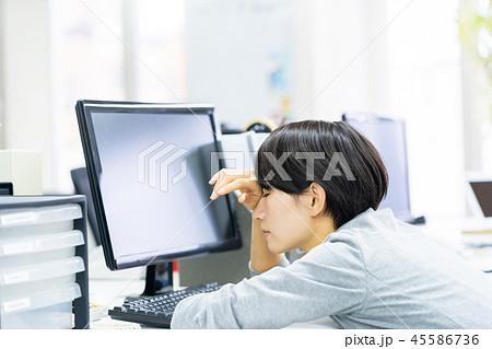 体調不良   睡眠不足  長時間残業  仕事中の女性会社員 ビジネスイメージ  45586736