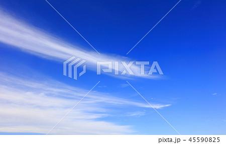 秋の雲 すじ雲 青空と白い雲 45590825