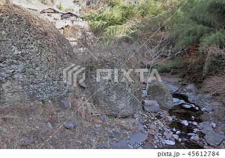 田舎の風景、山の集落と水の流れ、小川、大岩、群馬県南牧村 45612784