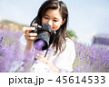 花畑とカメラを持つ女性 ポートレート 45614533