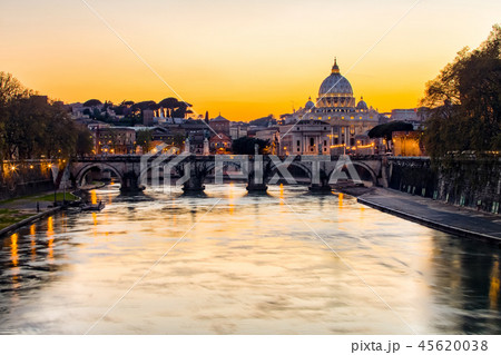 Sunset view of St. Peter's Basilica in Vatican 45620038