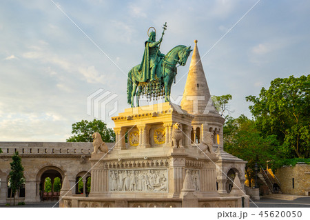 A bronze statue of Stephen of Hungary in Budapest 45620050