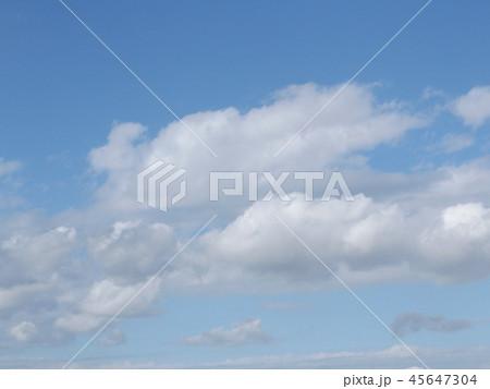 稲毛海岸の青空と白い雲 45647304