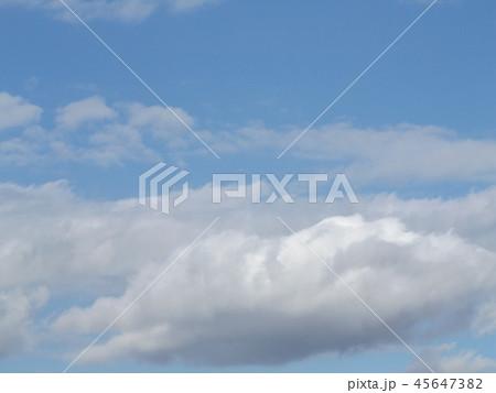 稲毛海岸の青空と白い雲 45647382