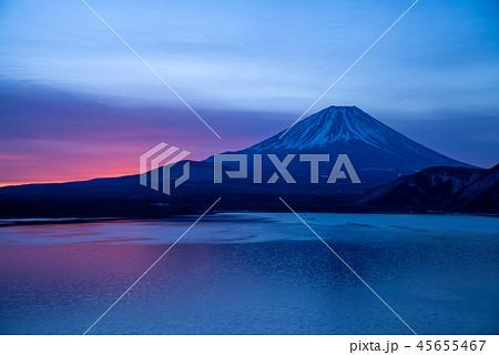 厳寒の本栖湖から、富士山の夜明け 45655467