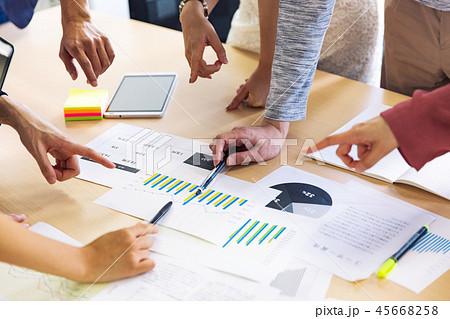 会議 分析 打合せ 資料 ビジネス 45668258