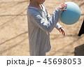 ドッチボールをする子供 45698053