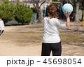 ドッチボールの練習をする親子 45698054