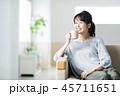 女性 リビング コーヒーの写真 45711651