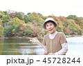 池の周りの紅葉 シニア女性 45728244