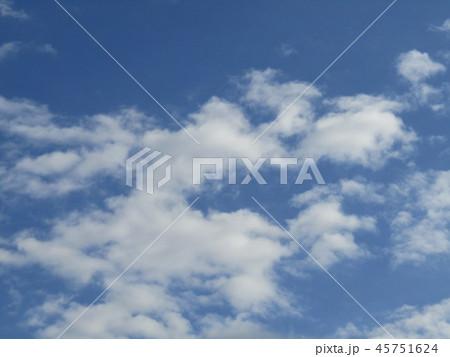 稲毛海岸の青い空に白い雲 45751624