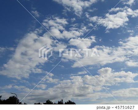 稲毛海岸の青い空に白い雲 45751627
