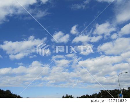稲毛海岸の青い空に白い雲 45751629