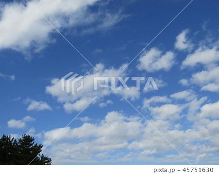 稲毛海岸の青い空に白い雲 45751630