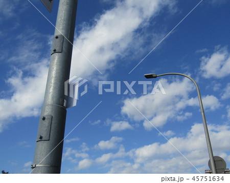 稲毛海岸の青い空に白い雲 45751634