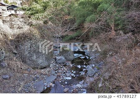 田舎の風景、山の集落と水の流れ、小川、大岩、群馬県南牧村 45789127