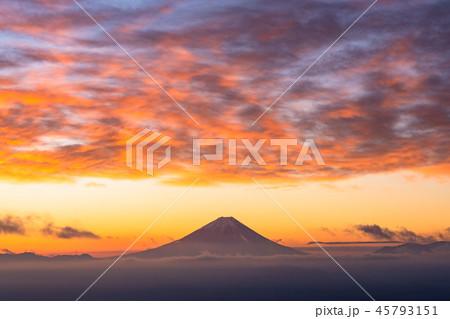 《山梨県》富士山と甲府盆地の夜明け・甘利山より 45793151