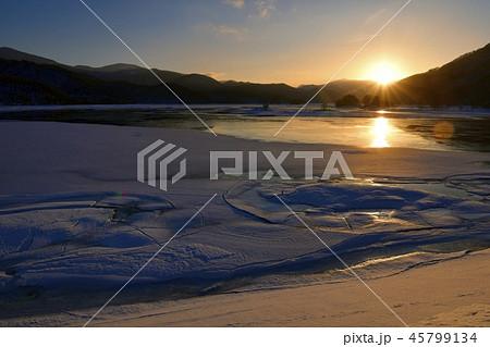 冬の裏磐梯 日の出の秋元湖 45799134