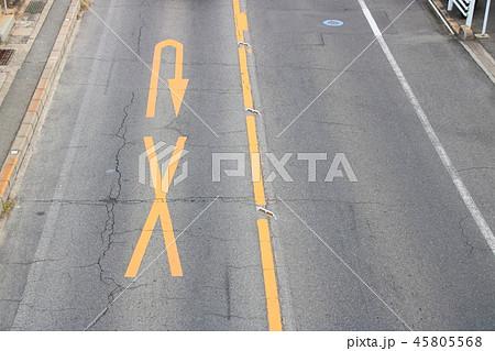 路面に黄色で描かれた×印とU字矢印。道路標示(規制標示)「転回禁止」。(国道2号・広島県尾道市内) 45805568